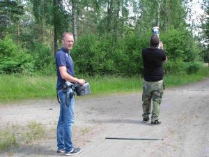 VUL/Torbjörn, SA6AUN/Daniel som skjuter upp antennen som ligger på marken.
